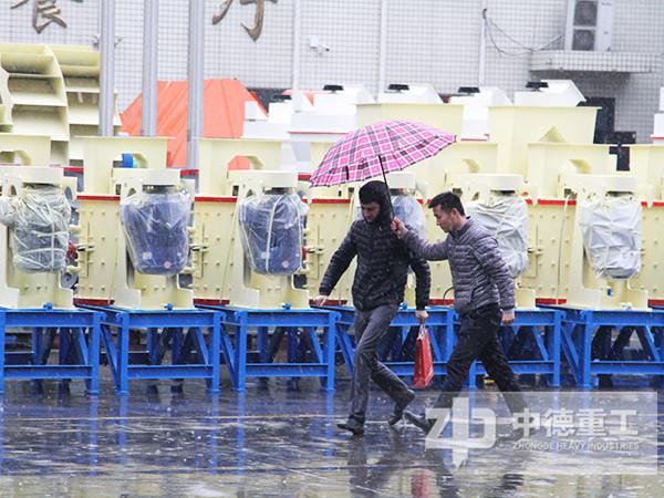客户参观厂区的时候正好赶上下雨天